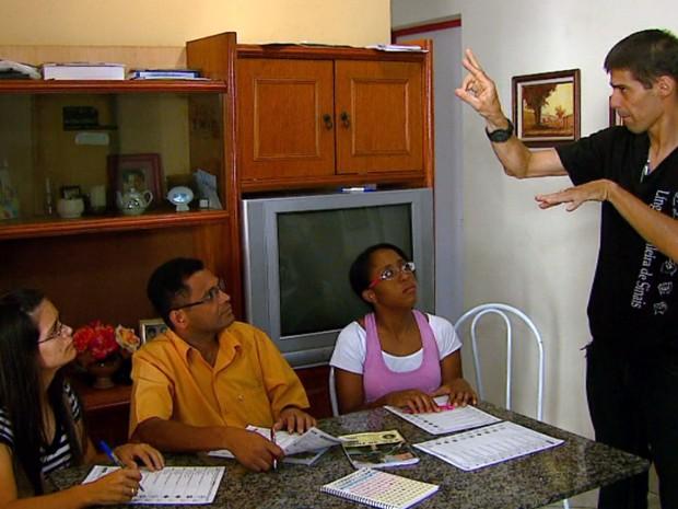 Técnico em libras Alexandre de Souza dá aulas como voluntário (Foto: Ely Venâncio/EPTV)
