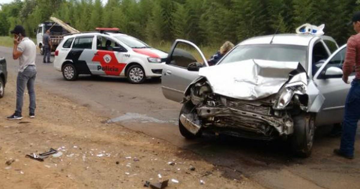 Carros batem de frente e deixam quatro feridos em Cerqueira César - Globo.com