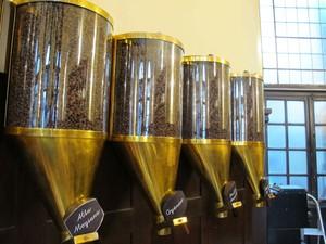 Café torrado pronto para virar bebida (Foto: Mariane Rossi/G1)