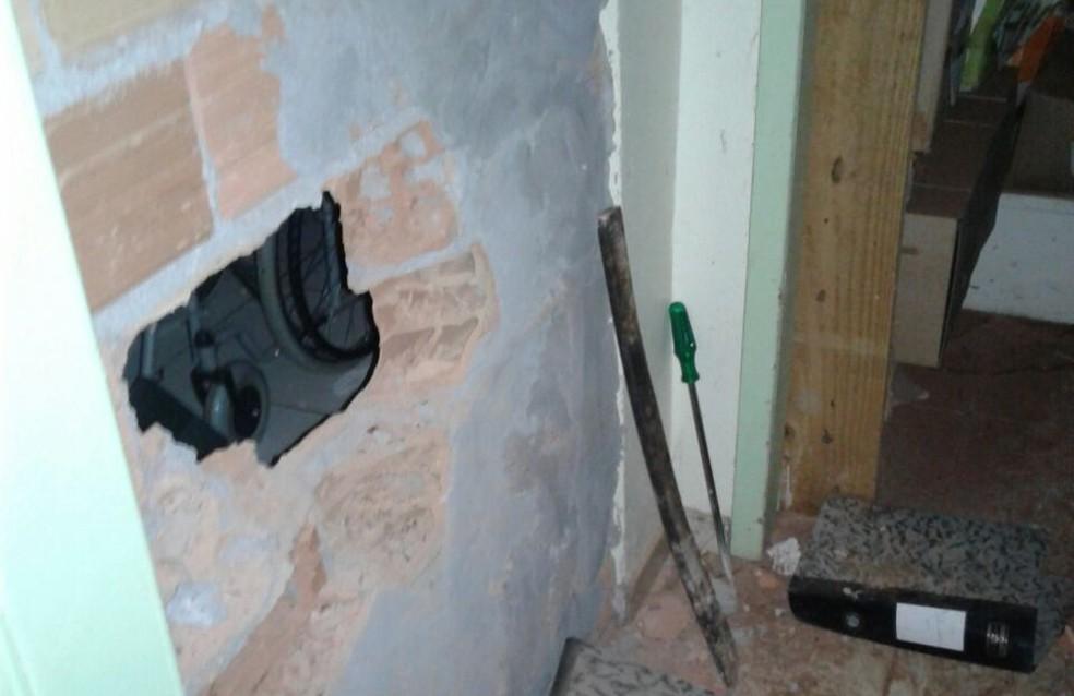 Na fuga, os suspeitos abandonaram várias ferramentas usadas para fazer um buraco na parede dos fundos do banco (Foto: PF/Divulgação)