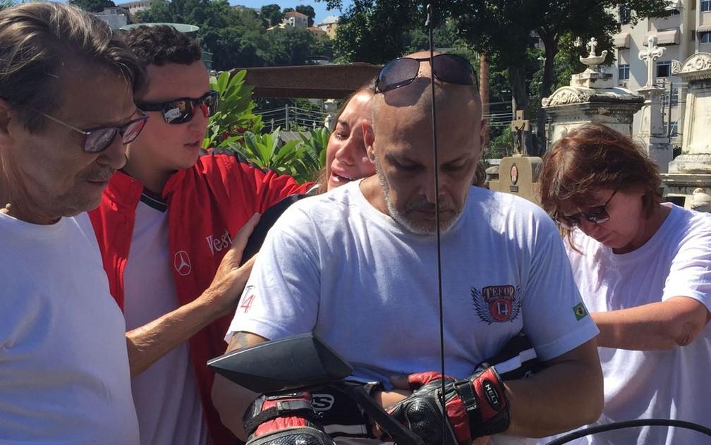 Namorada de Miguel, Tayssa Freitas, é amparada durante cortejo no Cemitério do Catumbi. A jovem estava junto ao rapaz quando ele foi baleado na tentativa de assalto (Foto: Matheus Rodrigues/G1)