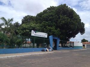 Jovem caiu morto em frente a Unidade Escolar Júlia N.Alves, a Uespi do Dirceu (Foto: Catarina Costa/G1)