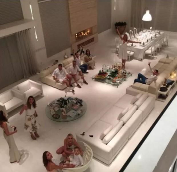 Sala gigantesca da mansão de Ana Hickmann (Foto: Reprodução/Twitter)