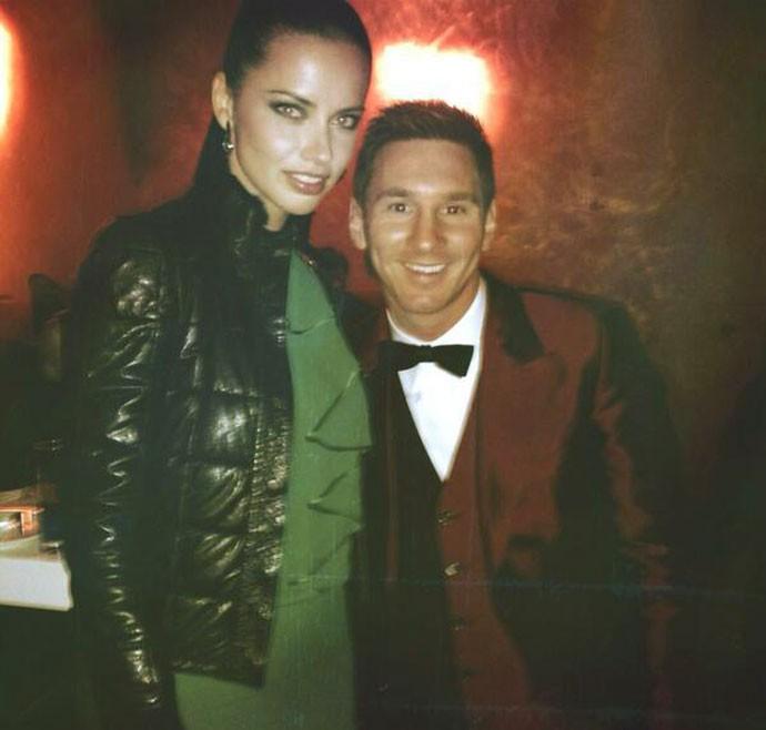 Adriana Lima com Messi prêmio Bola de Ouro (Foto: Reprodução / Twitter)