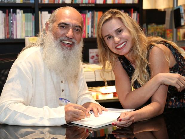 Sri Prem Baba e Paula Burlamaqui em lançamento de livro na Zona Sul do Rio (Foto: Roberto Filho/ Brazil News)