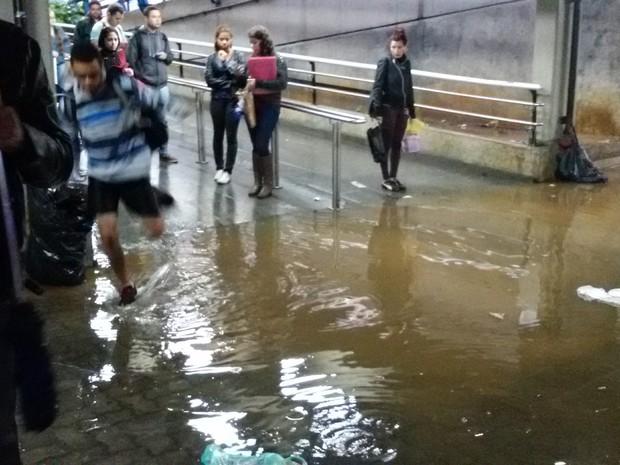 Alagamento na estação Palmeiras/Barra Funda, em São Paulo (Foto: Eliotério Valentim/VocênoG1)