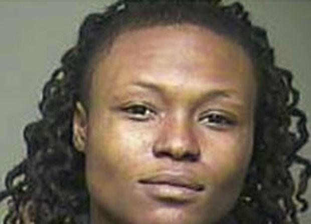 Em novembro, uma mulher de 24 anos foi presa em Rock Hill, no estado da Carolina do Sul (EUA), acusada de agredir sua namorada porque ela não conseguiu encontrar o pênis de borracha. De acordo com as autoridades, Arteesha Donaldson jogou a tábua de passar roupa em Latoya Hudson, de 28, após ficar irritada com o sumiço de seu brinquedinho sexual (Foto: Reprodução)