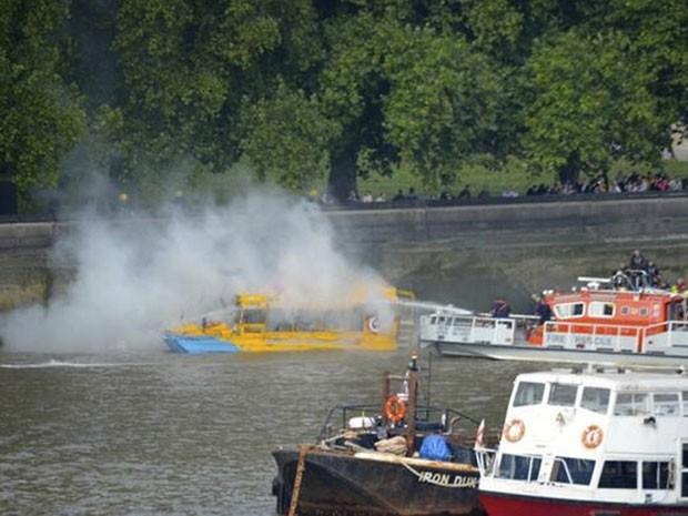Serviços de emergência atendem ao barco turístico após fogo neste domingo (29) no Rio Tâmisa, em Londres (Foto: Phil Beasley-Harling/Handout via Reuters/Reuters)