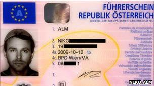 Lukas Novy não é o primeiro Pastafari a aparecer com uma peneira em sua licença: em 2011, um tribunal na Áustria concedeu a mesma permissão a Niko Alm (Foto: Niko Alm)