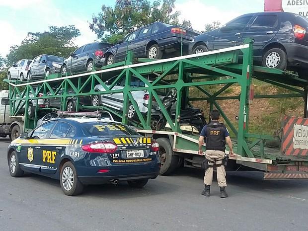 Cegonheira foi levada para o posta da PRF na BR-135 (Foto: PRF/Divulgação)