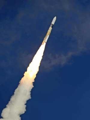 Sonda deverá pousar em asteroide em 2018, e voltar à Terra em 2020. (Foto: Jiji Press  / Via AFP Photo)
