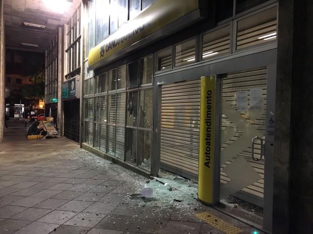 Agência Banco do Brasil, depredada, Rua Jerônimo Coelho (Foto: Fábio Almeida/ RBS TV)