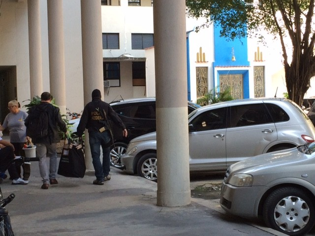 Agentes entram na sede da PF com malotes apreendidos na Eletronuclear (Foto: Matheus Rodrigues/G1)