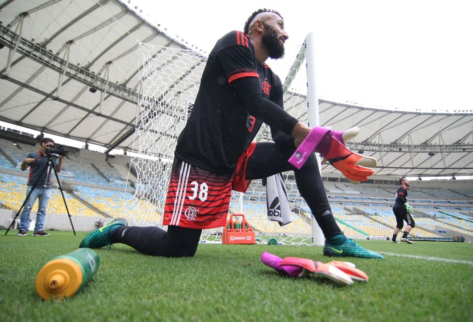 Goleiro Alex Muralha durante atividade no Maracanã (Foto: Gilvan de Souza/Flamengo)