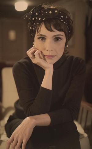 Verônica, personagem de Débora Falabella, é separada do marido e tem um filho fora do casamento. (Foto: Globo/Estevam Avellar)
