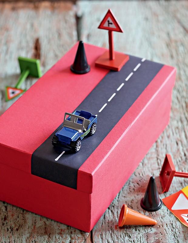 Papel preto e caneta branca transformam o pacote numa minipista. Miniaturas Armarinhos Fernando (Foto: Elisa Correa/Editora Globo)