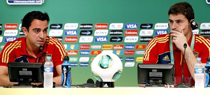 Xavi e Casillas coletiva Espanha (Foto: EFE)