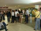 Parentes e amigos se despedem de Sandra Moreyra antes de cremação