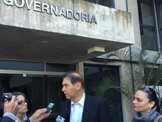 Alcides Bernal em frente à governadoria, em Campo Grande (Foto: Gabriela Pavão/ G1 MS)