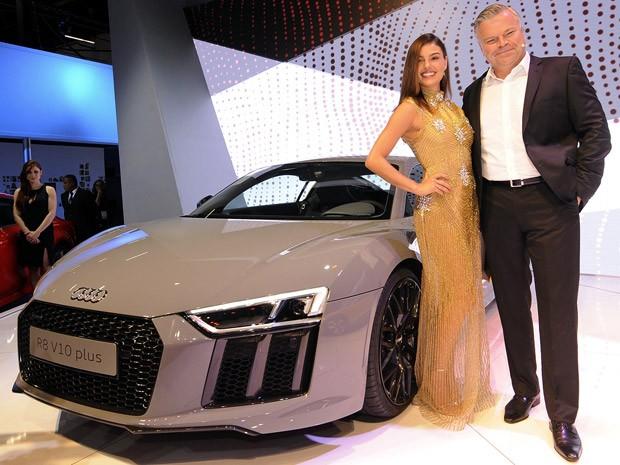 Atriz Isis Valverde apresentou o novo Audi R8 junto do CEO da marca no Brasil (Foto: Alan Morici/G1)