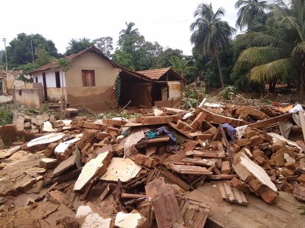 Cenário de destruição é visto por todo o distrito (Foto: Zana Ferreira/G1)