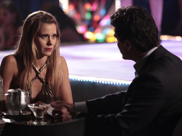 Desesperada, Jéssica pede ajuda para cliente na boate através de bilhetinho (Foto: Salve Jorge / TV Globo)