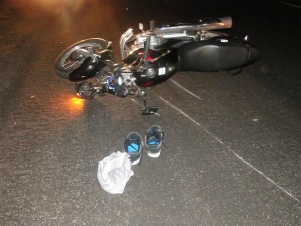 Motocicleta ficou parcialmente destruída com o impacto. (Foto: Juan Silva/Rádio Caçula)