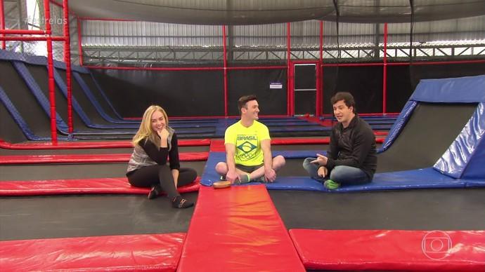 Angélica, Diego Hypolito e Rafael Cortez em parque de trampolins (Foto: TV Globo)