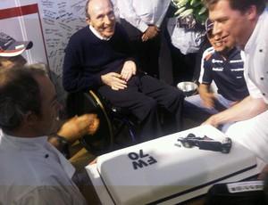 Frank Williams ganhou festa surpresa dos funcionários da equipe (Foto: Reprodução/Twitter)