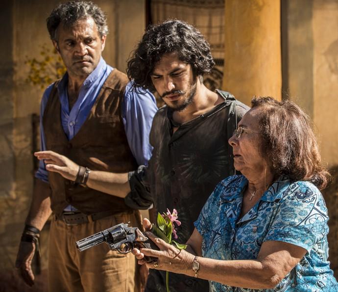 Piedade tenta impedir confronto armado e se posiciona ao lado de Santo e Miguel (Foto: Inácio Moraes/ Gshow)