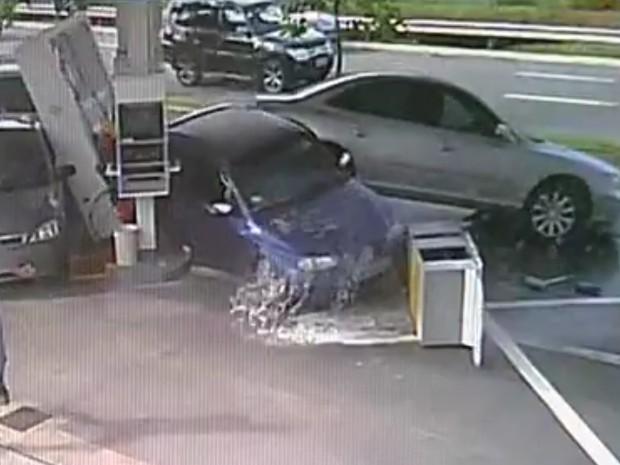 Carro desgovernado causou destruição em posto de combustíveis em Jundiaí (Foto: Reprodução/TV TEM)