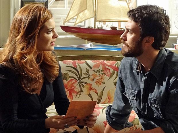 Amparo tenta convencer Rodrigo de que ela  foi seu amor em outra vida (Foto: Amor Eterno Amor/TV Globo)