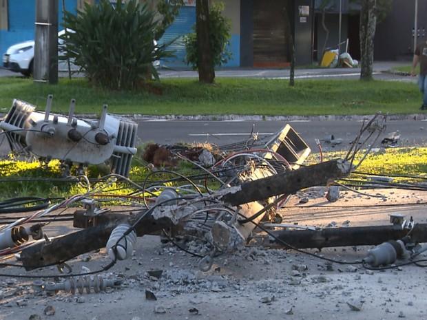 Três postes de energia foram derrubados no cruzamento das avenidas Tiradentes com Rio Branco, em Londrina (Foto: Reprodução RPC)