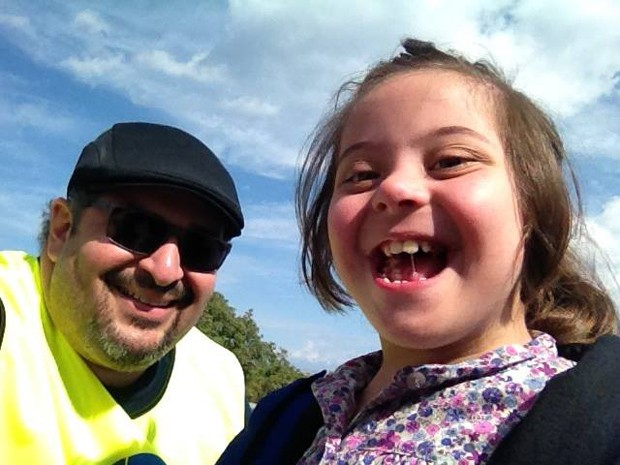 Sorriso de menina com síndrome de Down, resgatada do mar, foi uma das inspirações do voluntário (Foto: Ebenézer Paz / Arquivo pessoal)