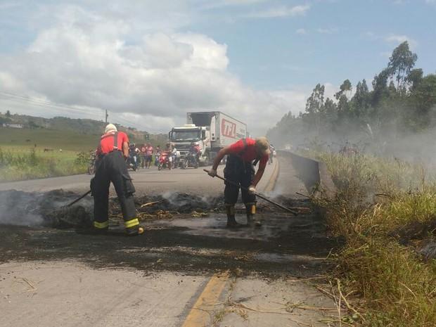 Bombeiros limparam BR-232 depois do protesto do MST (Foto: Wanessa Andrade/ TV Globo)