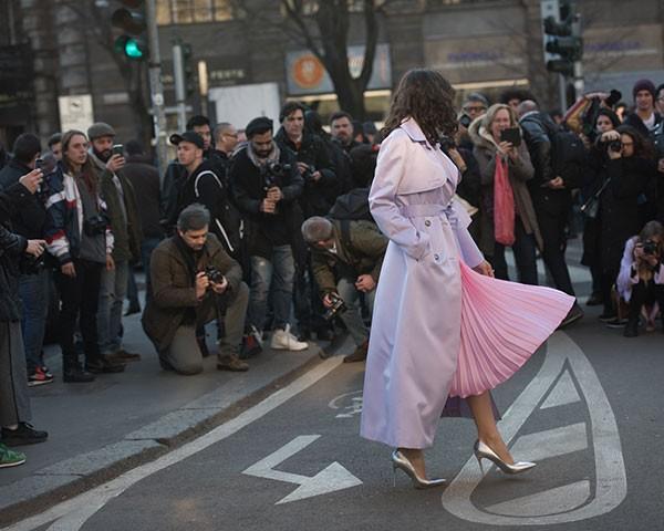 O visual monocromático é um queridinho fashion (Foto: Joanna Totolici )