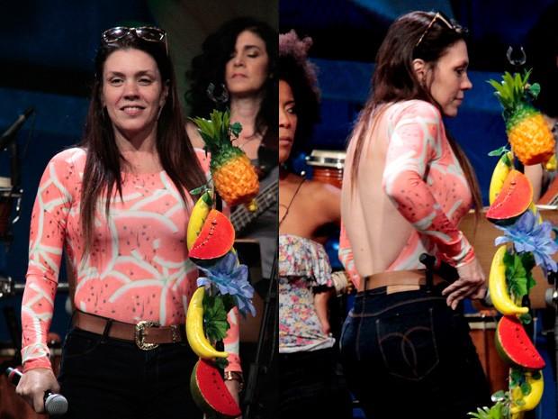 Simony passa o som com uma blusa com estampa de melancia e com um decote generoso nas costas (Foto: Marcos Mazini/Gshow)