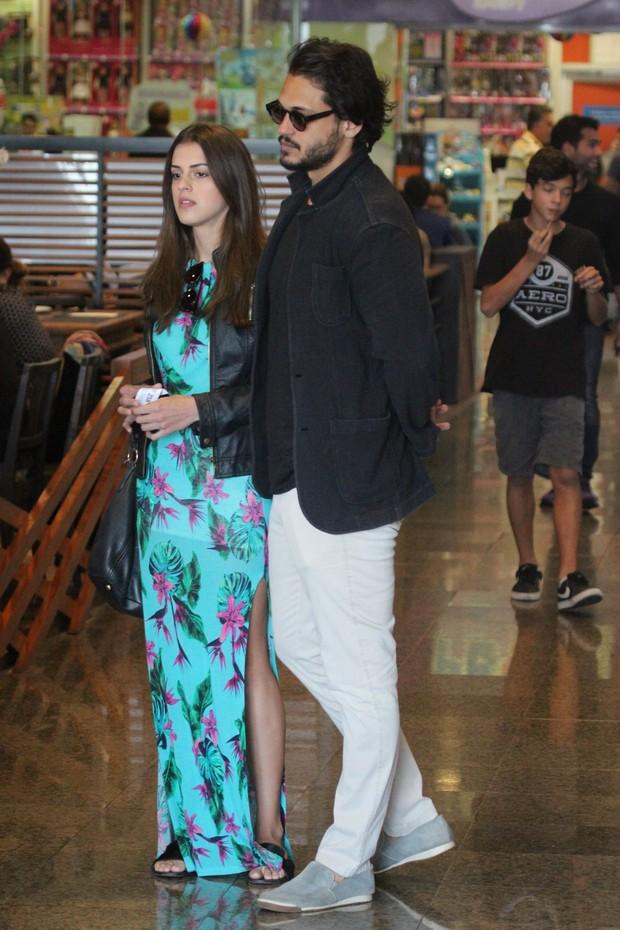 Raphael Viana faz passeio com a namorada  (Foto: Wallace Barbosa )