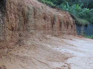 Lama acumulou na pista (Foto: Diego Madruga/G1)