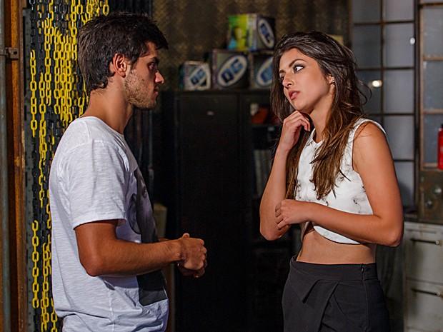 Cobra nota quando Jade começa a arrancar os fios de cabelo (Foto: Artur Meninea / TV Globo)