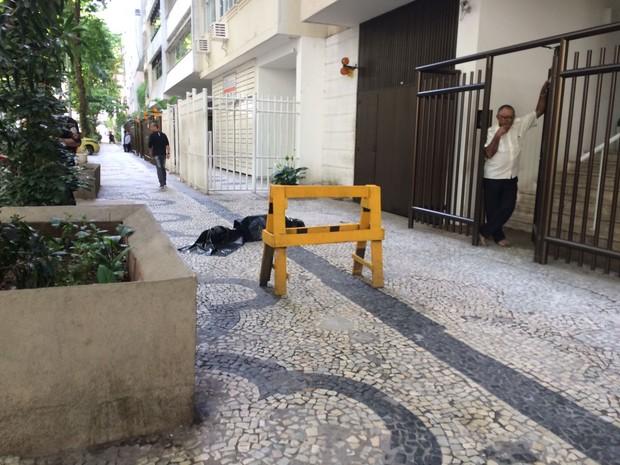 Mulher morre ao cair do prédio em Copacabana (Foto: Patrícia Teixeira/G1)