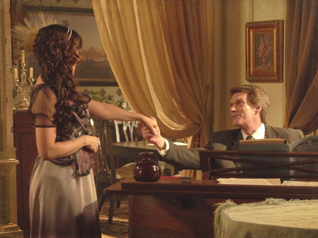 Mas ele diz a ela que não dá para retomar a carreira na Europa (Foto: Lado a Lado/TV Globo)