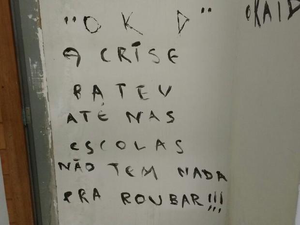 Assaltantes arrombaram escola e deixaram recado em uma parede na madrugada desta terça-feira (19) em Campina Grande (Foto: Altair Silva/TV Paraíba)