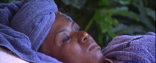 Adélia lembra data triste para Maria Claudia