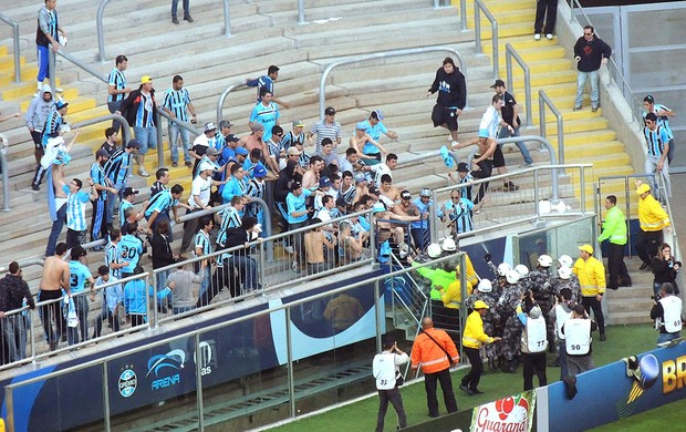 confusão torcida Grêmio polícia estádio (Foto: Lucas Rizzatti)
