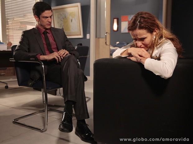 Glauce conta para Félix o que aconteceu (Foto: Amor à Vida / TV Globo)