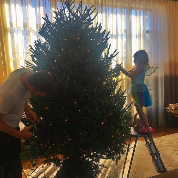 Tom Brady e a filha montam árvore de Natal e Gisele Bündchen registra (Foto: Reprodução/Instagram)