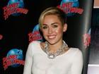 Sem sutiã, Miley Cyrus usa estrelas para não mostrar demais