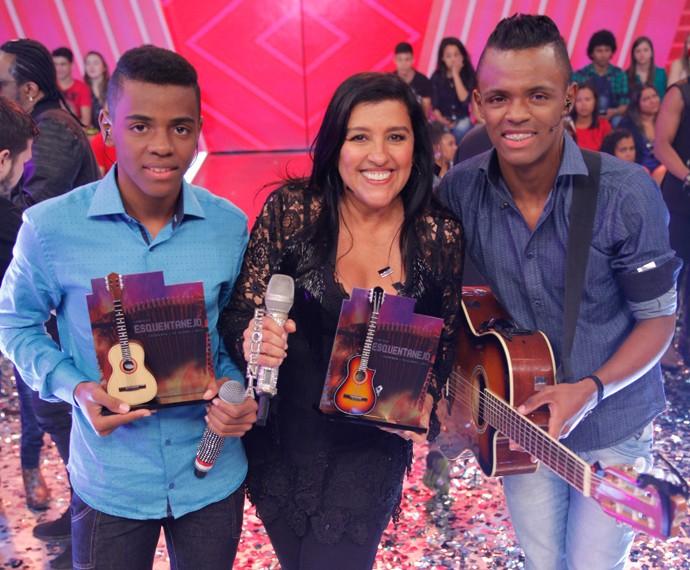 Augusto e Ariel na final do 'Esquentanejo' e com os troféus do concurso (Foto: João Pedro Januário/TV Globo)