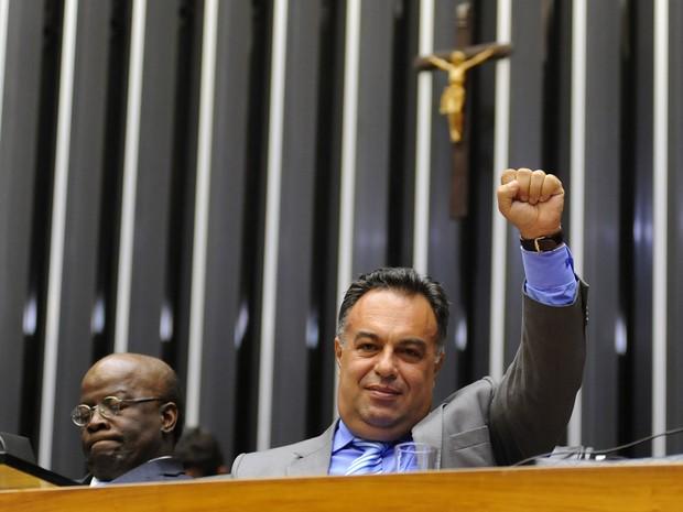 O vice-presidente da Câmara, deputado André Vargas (PT-PR), faz o mesmo gesto usado por petistas presos do mensalão, ao lado do presidente do STF, Joaquim Barbosa, na abertura do ano legislativo no Congresso (Foto: Gustavo Lima/Ag.Câmara)